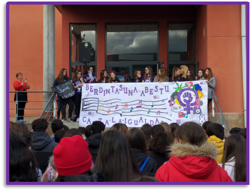 Acto feminista con pancarta